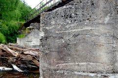 Beton zerstörte Eisenbrückenunterstützung Lizenzfreie Stockbilder