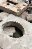 Betonblock mit der Einsteigelochöffnung Stockfotografie