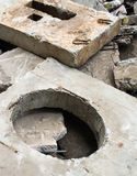 Betonblock mit der Einsteigelochöffnung Stockfoto