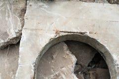 Betonblock mit der Einsteigelochöffnung Stockbild