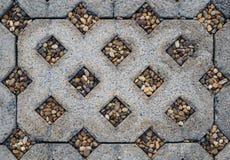 Betonblock mit kleinen Steinen auf Wegweg, Draufsicht Stockfotos