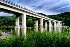 Betonbrücke über einem See Lizenzfreie Stockfotografie