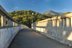 Betonbrücke mit hellen Pfosten über Fluss lizenzfreies stockfoto