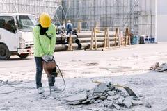 Betong för borrande för elektrisk drillborr för byggnadsarbetare som in malas royaltyfria bilder