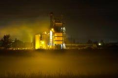 Betong- och asfaltväxt vid natt Arkivbilder
