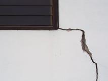 Betong som knäckas från översvämningseffekt arkivfoto