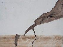 Betong som knäckas från översvämningseffekt royaltyfri bild