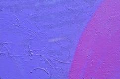 Betong som målas i purpurfärgade toner royaltyfri foto