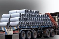 Betongrör på släpet förbereder sig att leverera till konstruktionsplatsen Royaltyfria Foton