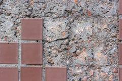 Betongvägg med den stupade mosaiken Arkivfoton