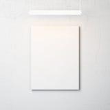 Betongvägg med den tomma affischen och strålkastaren arkivbild