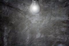 Betongvägg och ljus kula Arkivbilder