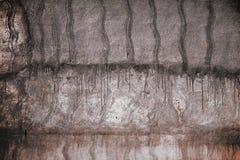 Betongvägg som dekoreras med smutsiga fläckar, texturerad bakgrund Arkivfoton