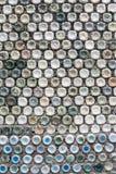Betongvägg som göras av återanvända plast- flaskor Royaltyfri Bild