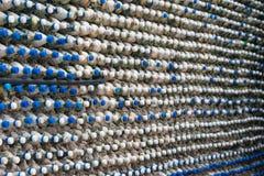 Betongvägg som göras av återanvända plast- flaskor Royaltyfria Foton