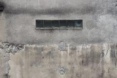 Betongväggfoto med ett horisontalfönster royaltyfria foton