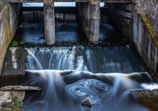 Betonkonstruktion der alten Flussverdammung Wasser verwischt durch langes e stockbild