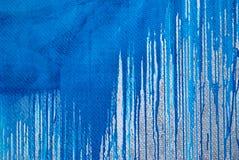 Betonmauer, Flecke der blauen Farbe, Graffiti Lizenzfreie Stockfotos