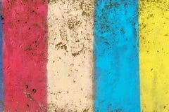 Betonmauer gemalt in den Farben des Gelbs, des Rotes und des Blaus Stockbilder