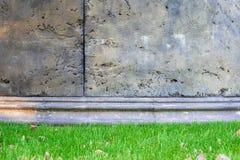 Betonmauer mit Gras Stockfoto