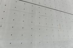 Betonmauer mit Löchern Stockfotografie