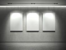 Betonmauer mit leeren Feldern und 3 beschmutzen Leuchten Stockfoto