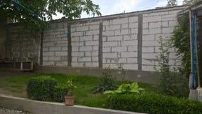 Betonmauer mit Ziegelsteinen stockfoto
