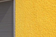 Betonmauer und Vorhänge der gelben grauen Farbe Stockfotos