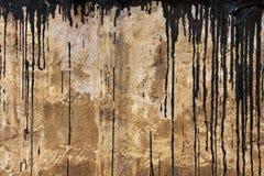 Betonmauerbeschaffenheit mit schwarzen Flüssen Stockfoto