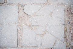 Betonmauerhintergrund des grauen Weiß, alte Beschaffenheit, grauer Fliesensprung Stockbild