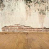 Betonmauern und Holzfußboden für Text und Hintergrund Stockfotografie