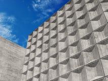 Betonmauern unter blauem Himmel 3d Lizenzfreies Stockbild
