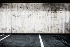 Betonmaueruntertagegarageninnenhintergrundbeschaffenheit Lizenzfreies Stockfoto