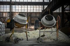 Betonmischer an einer Baustelle Stockfotos