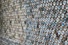 Betonowa ściana robić przetwarzać plastikowe butelki Zdjęcie Royalty Free