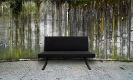 Betonowa ściana z kanapą Obraz Royalty Free