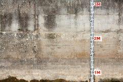 Betonowa ściana z władcą Obrazy Royalty Free