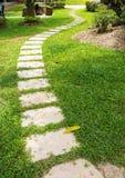 Betonowa ścieżka na zielonej trawie Obrazy Royalty Free