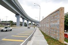 Betonowa bariery dźwięku ściana obok ruchliwie autostrady linii kolejowej Zdjęcia Royalty Free
