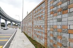 Betonowa bariery dźwięku ściana obok ruchliwie autostrady linii kolejowej Obraz Royalty Free
