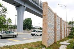 Betonowa bariery dźwięku ściana obok ruchliwie autostrady linii kolejowej Obraz Stock