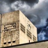 Betonowa ściana z zegarem fotografia royalty free