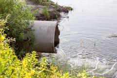 Betonowa drymba, od której płynie woda Fotografia Royalty Free