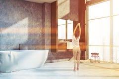 Betonowa i drewniana loft łazienka, kobieta royalty ilustracja