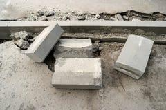 Betonowa krawężnik instalacja Chodniczka asfaltowy odnowienie Drogowej infrastruktury naprawa Zdjęcia Stock