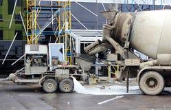 betonowa pompa i melanżer pracować wpólnie nalewający cementowe podłoga w centrum handlowym dla naprawy Obraz Stock