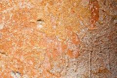 Betonowa powierzchnia z resztkami pomarańczowa farba i wybielanie Zdjęcia Royalty Free