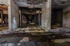 betonowe sale w starej fabryce obraz royalty free