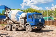 Betonowego melanżeru ciężarówka KAMAZ przy budową droga Fotografia Royalty Free