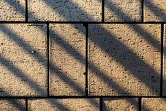 Betonowi brukowanie bloku kamienie z graniastymi kreskowymi cieniami Zdjęcia Royalty Free